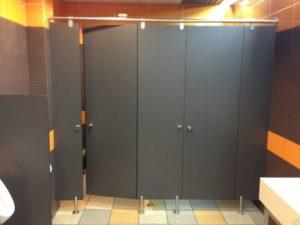 Сантехнические перегородки с дверями