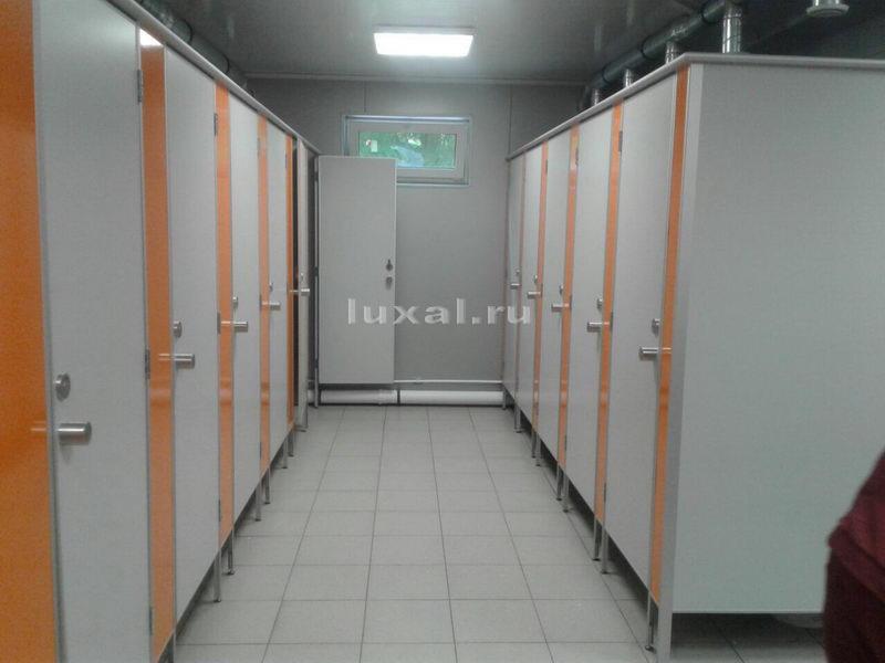 двухцветные сантехнические туалетные кабинки фото