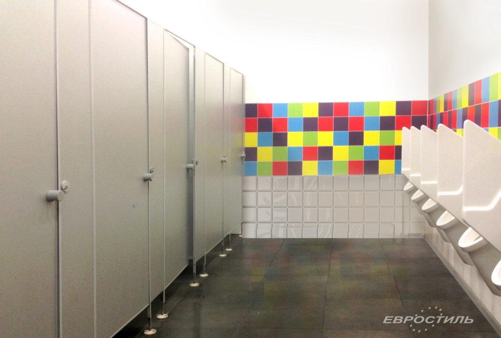 сантехнические перегородки в общественном туалете
